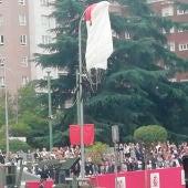Uno de los dos paracaidistas del Ejército ha chocado contra una farola al intentar tomar tierra ante el palco de autoridades