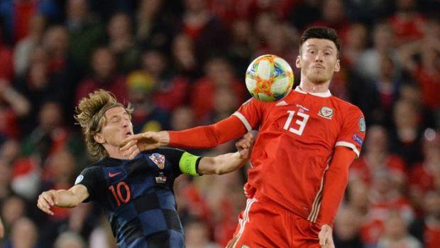 Luka Modric se retira en camilla del partido con su Selección y Gareth Bale cojea con Gales