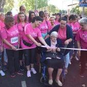 La cinta de la Carrera Rosa fue cortada por una de las mujeres de mayor edad de AMUMA