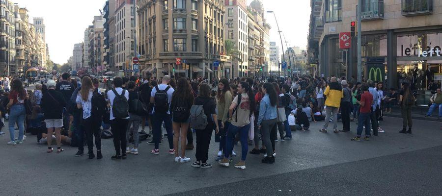 Sentada de estudiantes en Barcelona en protesta por la sentencia del procés