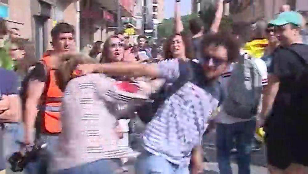 Brutal agresión a una mujer con una bandera de España en las protestas por la sentencia del procés