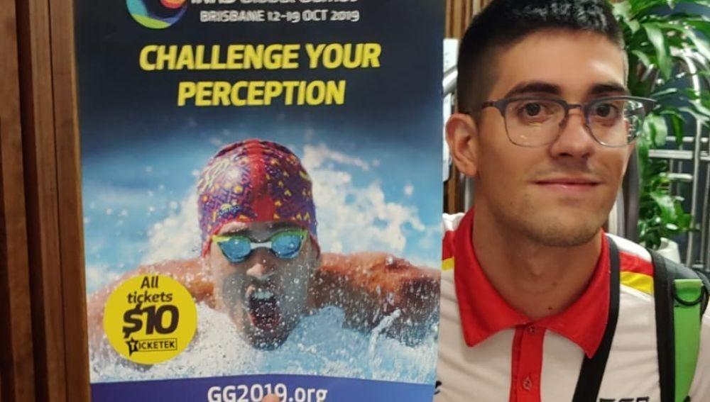 Luis Paredes, con el cartel anunciador del Mundial de Brisbane, en Australia.