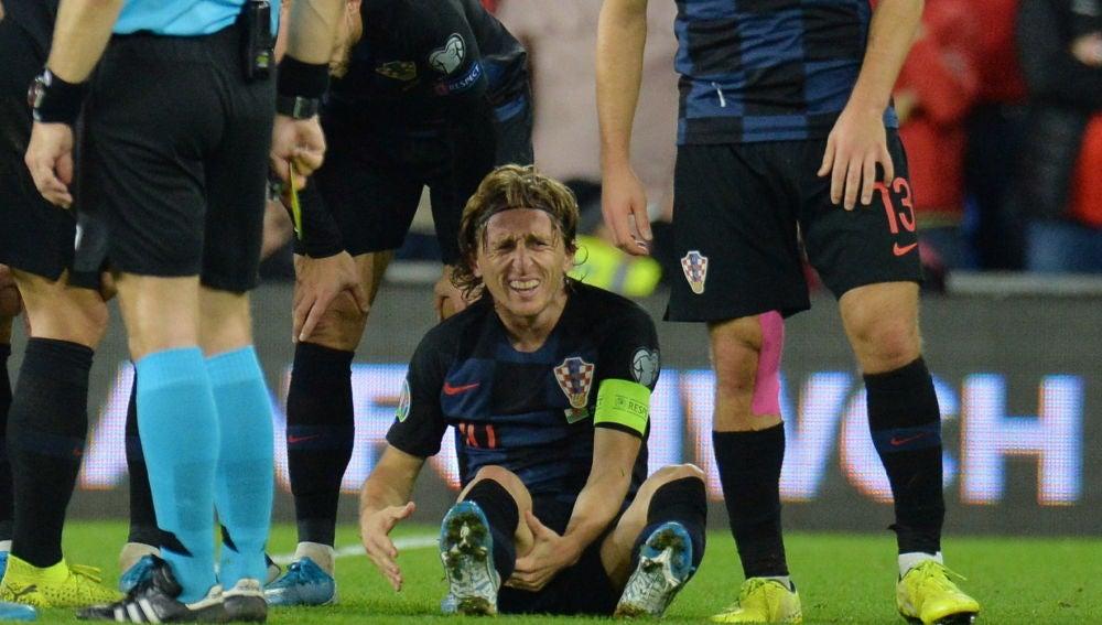 Luka Modric, sentado sobre el césped en el partido de Croacia