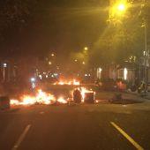 Contenedores quemados por los disturbios en Barcelona