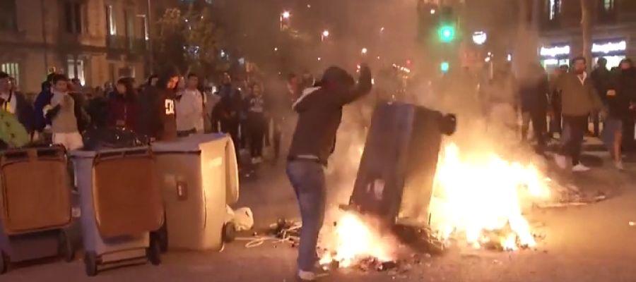 Grupos independentistas prenden fuego a varios contenedores en Barcelona