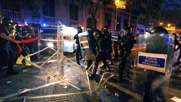 Los Mossos d'Esquadra cargan contra los manifestantes que tratan de romper el cordón policial en Barcelona