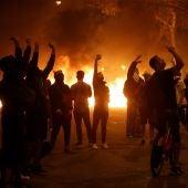 Elecciones Generales 2019: Manifestantes durante los disturbios ante la consellería de Interior en Barcelona en el tercer día de movilizaciones de protesta