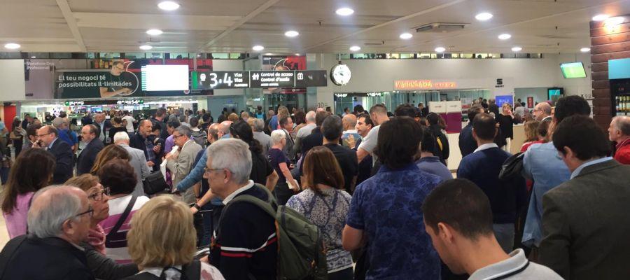 Largas colas en la estación de Barcelona-Sans con motivo de los retrasos en los trenes