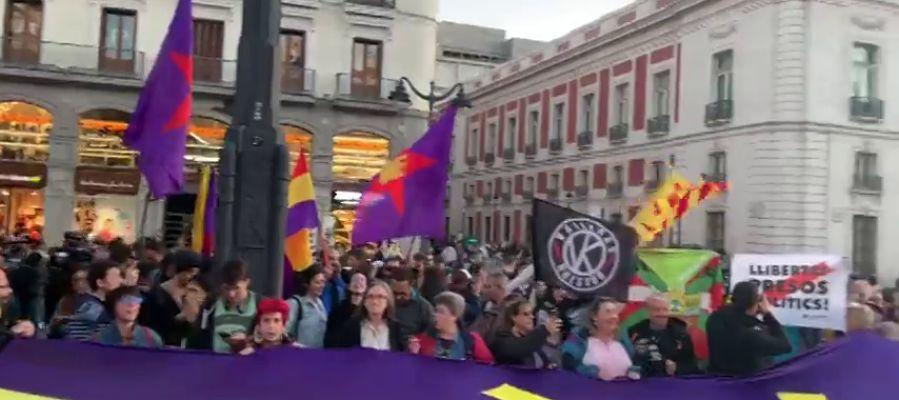 Cientos de personas se manifiestan en la Puerta del Sol en apoyo a los independentistas