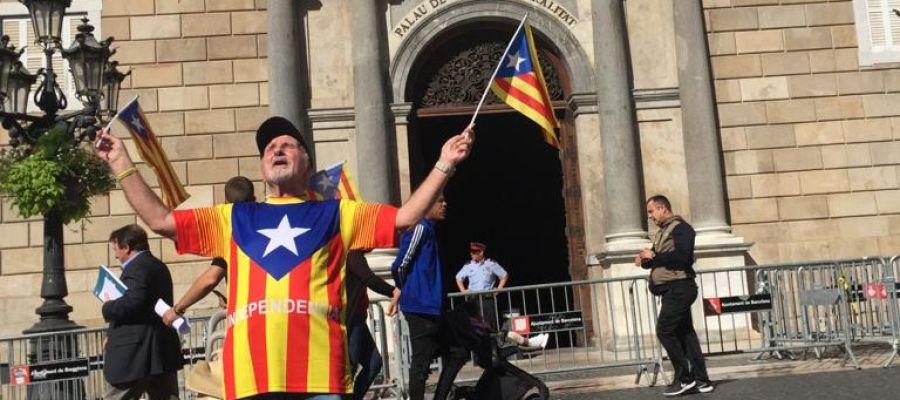 Un independentista protesta frente al Palau de la Generalitat