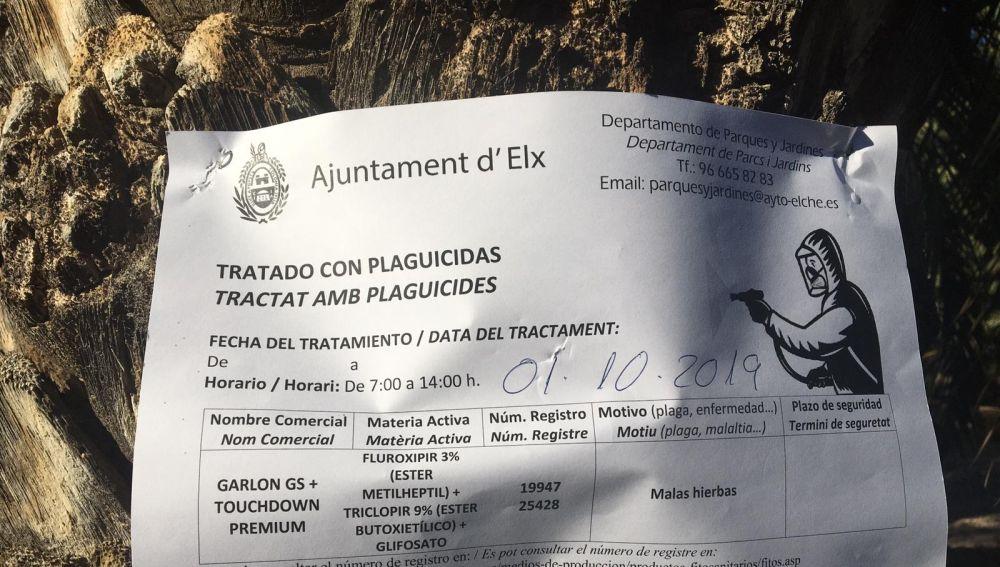 Cartel que advierte del uso de glifosato en el tratamiento de un parque de Elche.