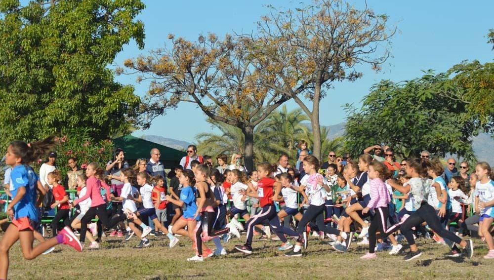 Unos mil niños y niñas disfrutaron de una mañana deportiva que mezcló atletismo y cultura en La Alcudia.