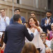 Pedro Sánchez abrazando a Francina Armengol, en un acto de campaña del PSOE en Palma.