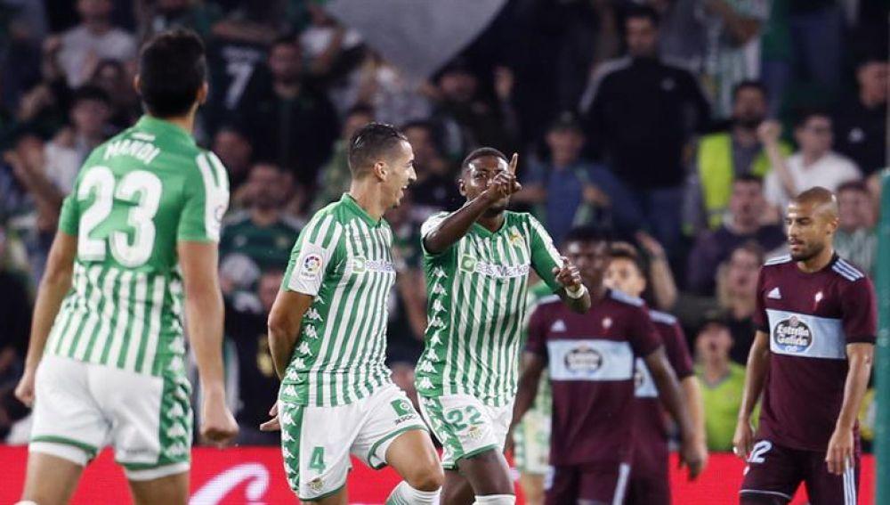 Los jugadores del Real Betis celebran un gol de Emerson
