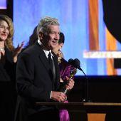David Lynch agradece su Oscar Honorífico ante la mirada de los actores Laura Dern y Kyle Maclachlan