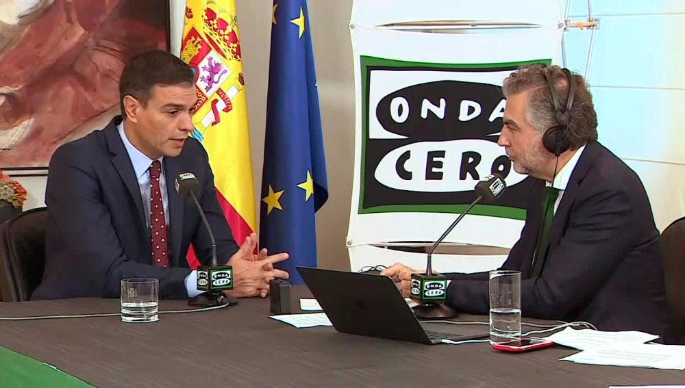 Pedro Sánchez durante la entrevista en Más de uno con Carlos Alsina