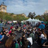 Unos 150 jóvenes pasan la noche acampados en plaza Universitat de Barcelona