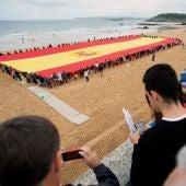 """Elecciones Generales 2019: Vox despliega su bandera """"más grande"""" en la playa del Sardinero de Santander"""