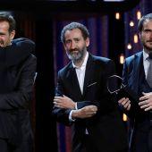 Jose Mari Goenaga, Jon Garaño y Aitor Arregi recogen la Concha de Plata a la Mejor Dirección por 'La trinchera infinita'