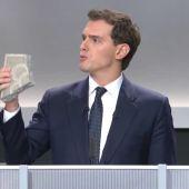 Albert Rivera muestra un adoquín durante el debate electoral