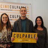 L´actor Victor Palmero junt amb la regidora de Joventut, Anna Vicens i la directora de Cineculpable, Sonia de la Vega.