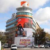 Albert Rivera y Lucas, protagonistas del cartel que cubre la sede de Ciudadanos