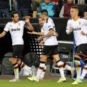 Los jugadores del Valencia celebran un gol
