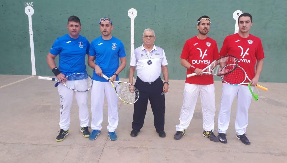 Los jugadores de La Risa, Javier Segarra y Joaquín Recatalá, y los representantes del Club Frontenis Elche Jerónimo Vizcaíno y Rubén Arco.