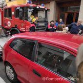 Bomberos de Palma tras el rescate de la menor de un coche.
