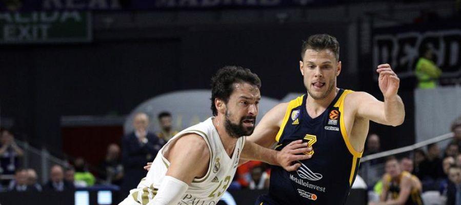 Sergio Llull conduce un balón ante un rival del Khimki