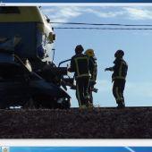 La furgoneta quedó destrozada tras ser arrollada por un tren de mercancías
