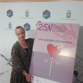 Ana Belén Chacón, junto al cartel anunciado del Día Internacional contra la Violencia de Género