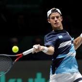 El tenista argentino Diego Schwartzman devuelve la bola durante un partido de la fase de grupos de la Copa Davis.