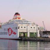Un buque de trasmediterránea mientras carga los vehículos de mercancías.