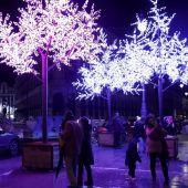 Vista de algunas de las decoraciones luminosas que inundan la capital con motivo de la celebración de la Navidad,
