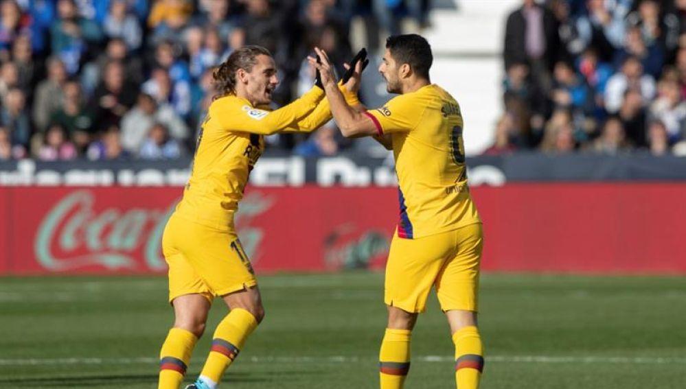Suárez celebra su gol con Antoine Griezmann.