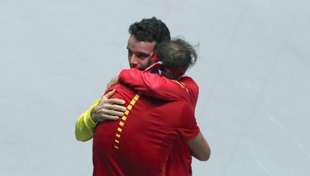 Nadal se abraza a su compañero Bautista.
