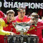 El equipo español de la Copa Davis posa con la copa.