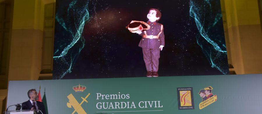 Una fotografía de Carlos Alsina con tres años y vestido de guardia civil