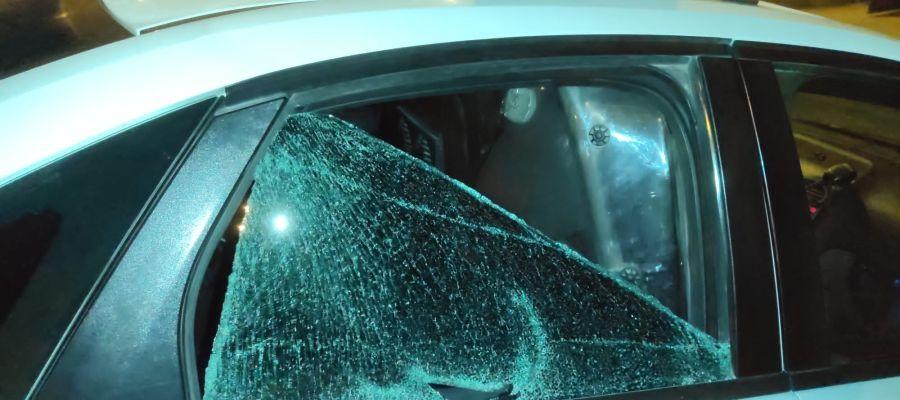Patrulla de la Policía Local de Elche con la luna fracturada a golpes por el detenido.