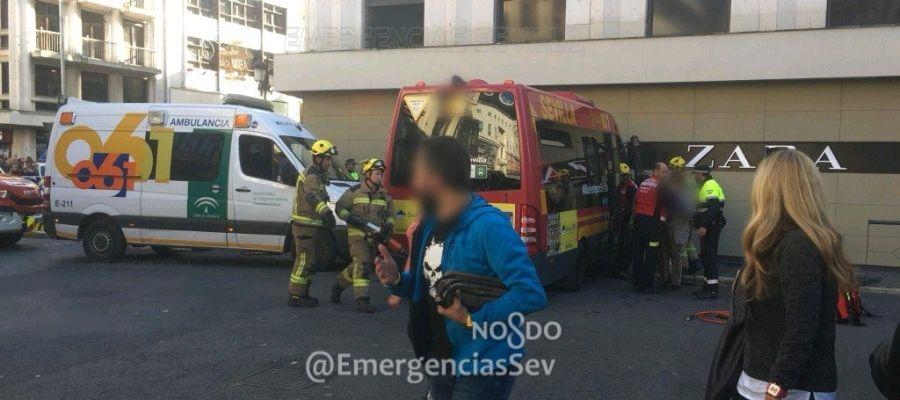 Un microbús choca contra una tienda en Sevilla