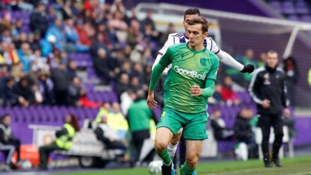 El defensor Diego Llorente de la Real Sociedad conduce el balón ante la presión del jugador del Real Valladolid
