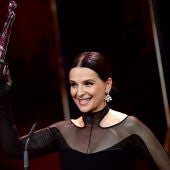 La actriz Juliette Binoche sostiene su Premio del Cine Europeo honorífico