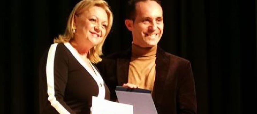Tomás Ferrando y Mª Carmen Ferrández, concejala de Cultura de Albatera, en la entrega de premios.