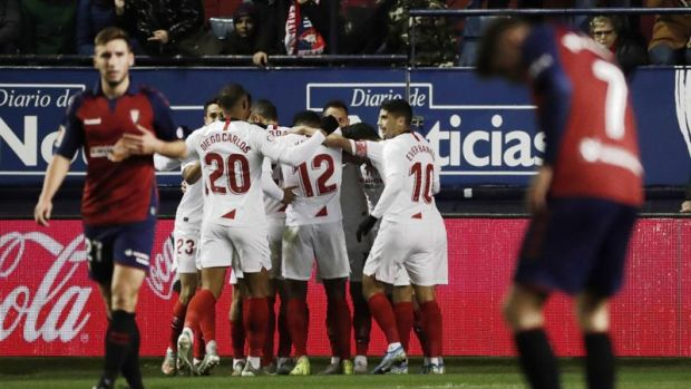 Los jugadores del Sevilla celebran el gol marcado ante Osasuna