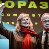 Emma Suárez sostiene su Premio Cineuropa en el Teatro Principal de Santiago de Compostela