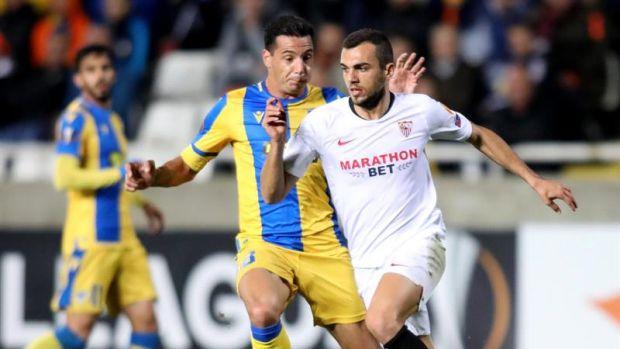 Jordán conduce el balón ante un rival del APOEL