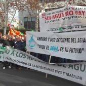 Los regantes han protestado frente a la sede de la CHG
