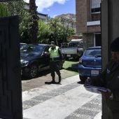 Miembros de la Policía Boliviana en el acceso de la Embajada de México