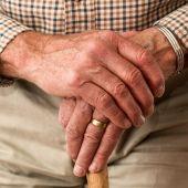 Fotografía de archivo de las manos de un anciano